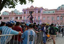 Romería en sede del gobierno argentino para despedir a Maradona