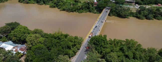 Habilitan paso vehicular por el puente Santander